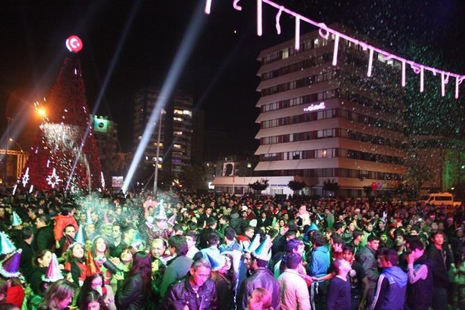 Adana'da Yılbaşı Kutlamalarından Renkli Görüntüler galerisi resim 1