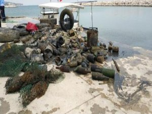 Deniz dibinden araç lastiği, trol-ağ atıkları ve plastik-cam şişe çıkarıldı